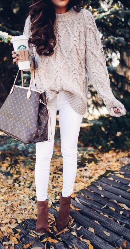 Louis Vuitton and autumn - beiger Pullover und weiße Hose. Selbstbewusst sein: http://fit-weltweit.de/blog/50-tipps-fuer-ein-starkes-selbstbewusstsein-teil-1/