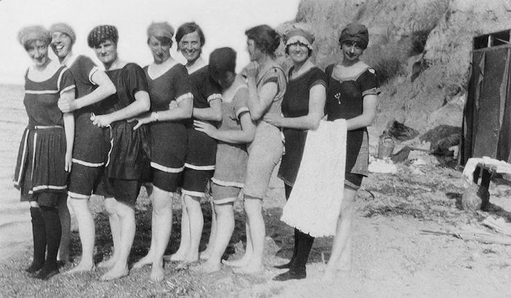 Νοσηλεύτριες από την Αυστραλία με τα μαγιό τους, ετοιμάζονται για μπάνιο στην Καλαμαριά, την 17η Ιουνίου το 1918.  Πηγή: Australian War Memorial