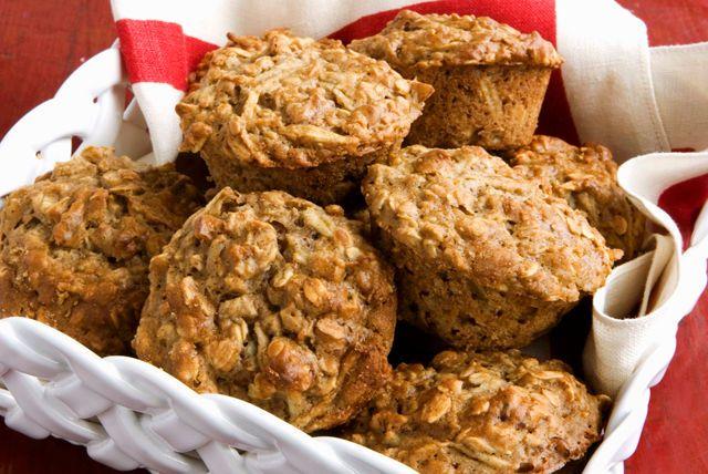 À la recherche d'une recette de muffins savoureux et bons pour la santé? Celle-ci devrait combler vos attentes : composée de compote de pommes non sucrée, de farine de blé entier, de gros flocons d'avoine, de cannelle et d'huile de canola, elle est simple comme bonjour!