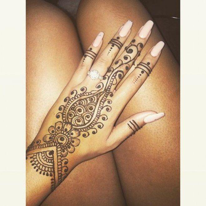 Tattoo au henné noir de la main