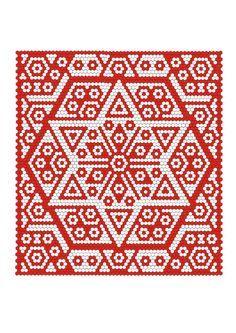 Die Idee zu Red and White Quilts hat mich sofort angesprochen. Ich liebe klare Rotweiß-Kontraste und arbeite sehr gerne mit Hexagon-Mustern. Hexagone bieten sich an für symetrische Muster und das kommt meiner Vorliebe für Mandalas entgegen. Ich habe mich bewusst für nur einen Rotton entschieden, um die Struktur des Musters wirken zu lassen. Mein Entwurf enthält die traditionellen Motive Blüten ...