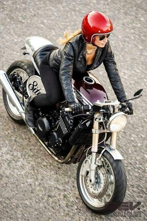 Una mujer en una moto que es, es sin duda una hermosa vista .. no importa cuándo, dónde ........