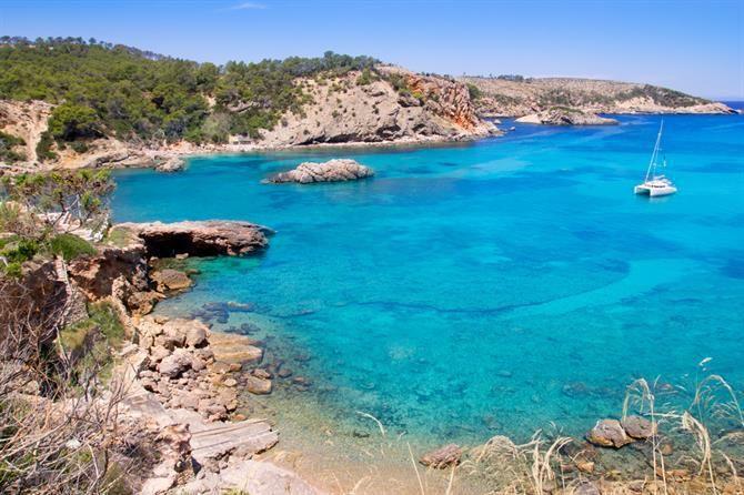 Het strand van Cala Xarraca ligt absoluut aan een van de mooiere baaitjes op Ibiza. Het is echt een lekker rustig strandje. Absoluut een aanrader!