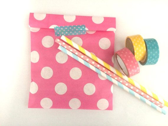 20x bubble gum pink dots paper bags. The listing is for 20 paper bags 13x18 cm (5.1x7.1 inches) Perfect for gifts, jewelry,biscuits,candies,