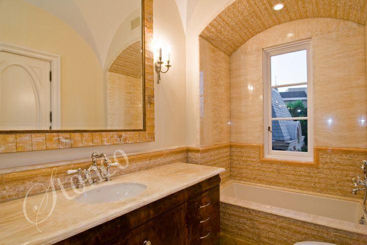 Łazienka wykończona piaskowcem i marmurem