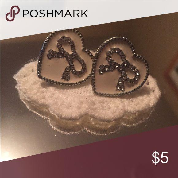 💥 BOGO 💥 Cream bow earrings Cream and silver bow heart earrings Jewelry Earrings
