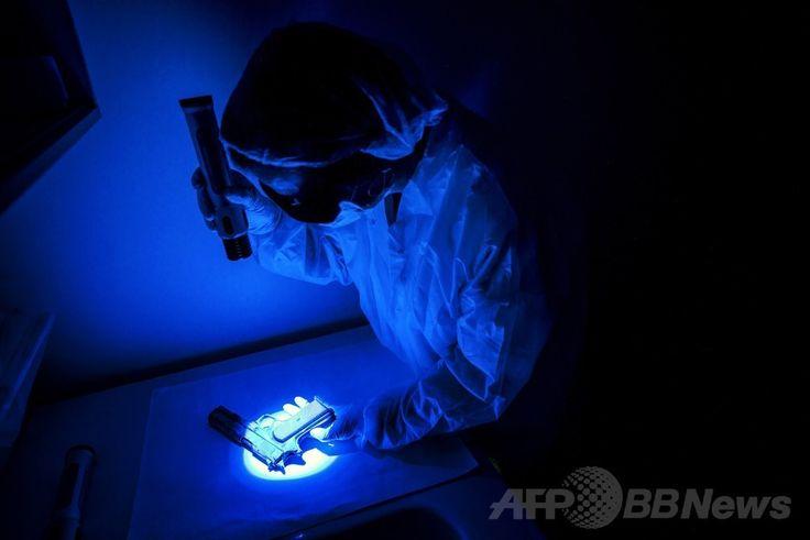 フランス東部のエキュリ(Ecully)にある国立科学警察研究所(Institut National de Police Scientifique、INPS)で、鑑識光源装置「クライムスコープ(CrimeScope)」で拳銃を分析する職員(2014年6月19日撮影)。(c)AFP/JEFF PACHOUD ▼26Jun2014AFP 科学捜査の現場、仏国立科学警察研究所 http://www.afpbb.com/articles/-/3018672 #CrimeScope #Institut_National_de_Police_Scientifique
