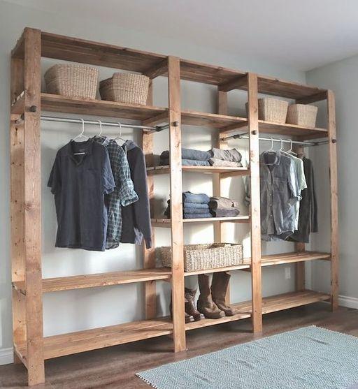 E a ideia de um guarda-roupas aberto é bem simples, rústica e interessante. E bem em conta e prática até: se valer de uma estante com prateleiras AND pendu