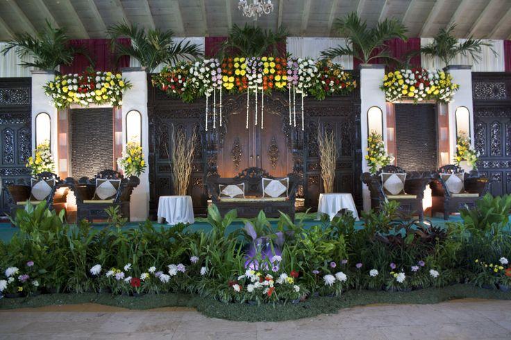 Dekorasi Pelaminan sebagai tempat bertahtanya raja dan ratu sehari, menjadi titik pusat perhatian dari keseluruhan dekorasi ruangan pesta. Berbagai gaya dapat disesuaikan dengan konsep pernikahan yang diimpikan oleh calon pengantin.