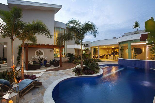 Cascatas: a grande tendência dos projetos contemporâneos nas áreas de lazer com piscina!