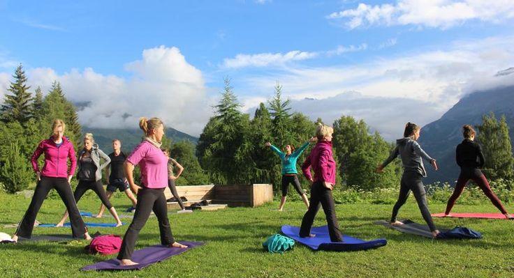 Yoga trekking Ecrins Huttentocht  Yoga in de bergen. Tijdens de wandeltocht in de Ecrins maak je dagelijks bergtochten onder leiding van International Mountain Leader (IML) Anne van Galen. Ze laat je de mooie plekjes zien van het Parc National des Écrins. In dit bergdecor beoefen je Yin Yang yoga onder leiding van erkend yogadocent Erwin van Berkel. Yin yoga is een intense yogastijl die je leert diep te ontspannen. De focus ligt op het versterken en versoepelen van bindweefsel en gewrichten…