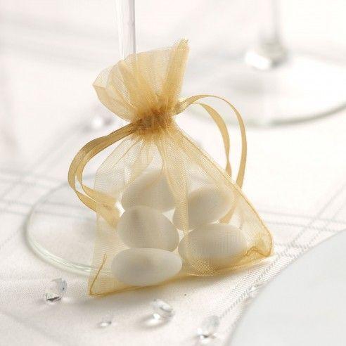Set van 20 goudkleurige organza zakjes. Personaliseer het zakje zelf met een strikje en een naamkaartje en vul het met snoepgoed in bijpassende kleuren.