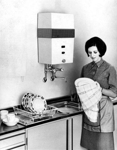 Huishouden, afwassen: Vrouw doet de afwas en staat haar borden af te drogen bij.