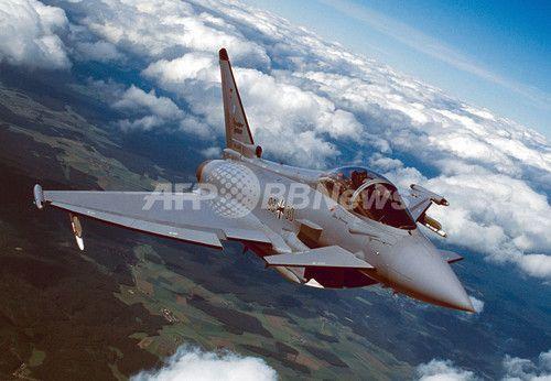ユーロファイター・タイフーン  :  ドイツ国内を飛行するドイツ空軍のユーロファイター・タイフーン(Eurofighter Typhoon、撮影日不明。2003年6月30日入手)。(c)AFP