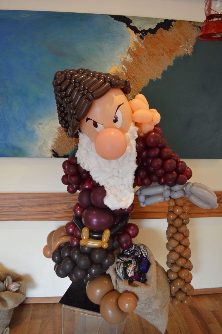 """www.balloondelivery.it Evento  la """"fiaba di Biancaneve"""" Brontolo -personaggio 3D interamente creato con palloncini 5"""""""