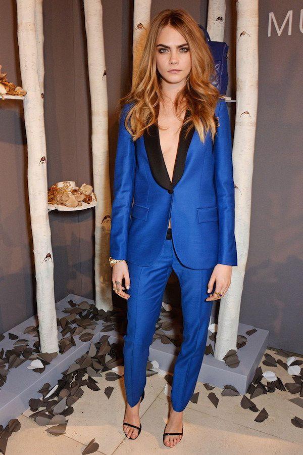 カーラ・デルヴィーニュは個性派のロイヤルブルー!レディースパンツスーツのコーデ♪スタイル・ファッションの参考に♪
