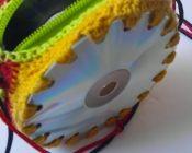 Cartera tejida y reforzada con CD, confeccionada por 100% Creativa.