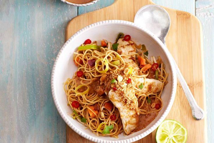 Dagje Aziatisch met kip en knapperige groente uit de wok - Recept - Bami met kip - Allerhande