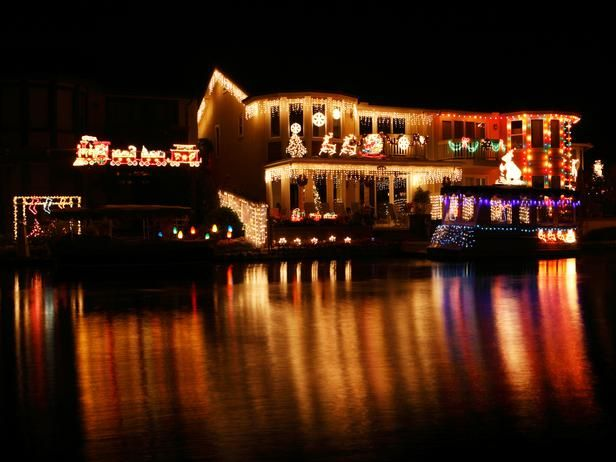 Any boat that drives by will immediately be taken back by the lights and character projections on this lakeside home. And not only did the homeowners decorate the house, but they covered the boat in a slew of colorful lights, too.