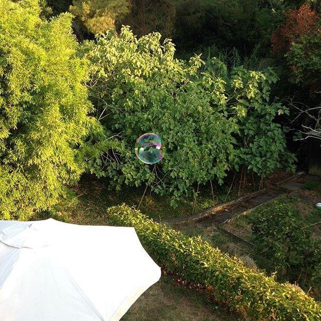 #Plutone? Anche in Italia ci siamo arrivati e lo abbiamo portato in giardino. #summer #estate #fotografia #igitalia #igtoscana #giochi #giardino #garden #bambini #instaitalia #Livorno #Italia #Italy #Toscana #Tuscany #bolle #bubbles #igfunny #funny