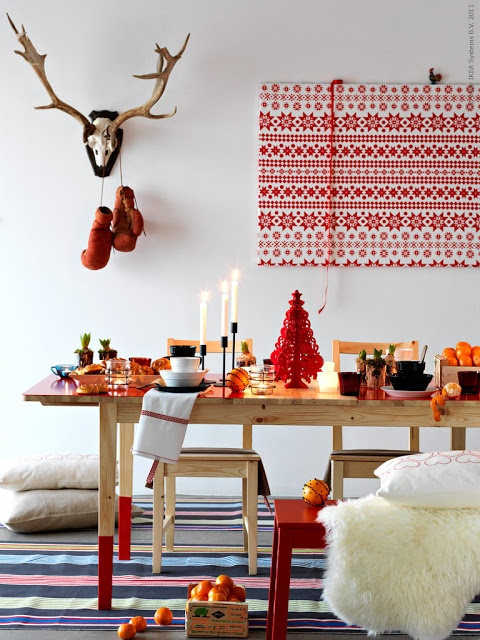 Scandinavian red and white Christmas decorations - I love the gift wrapped frame!