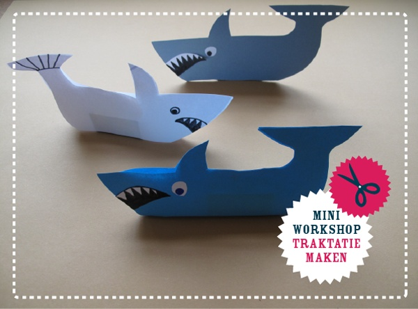 Stoere traktatie: enge haaien om zelf te maken van een stapeltje papier en doosjes smarties/rozijntjes etc. (tutorial met gratis download)