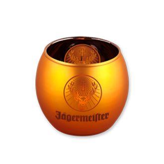 'Fackeln im Sturm' war gestern. Jägermeister dreht den Remake 'Lichter im Wind'. Die Requisite erhältst du nur bei uns. Jägermeister-Windlicht in metallic-orange mit Hirschkopf und Schriftzug auf zwei Seiten. Maße: Höhe: 8 cm. Durchmesser: 7 cm. Material: Glas, metallic-orange.