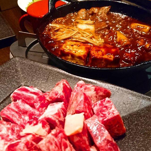 味噌牛鍋☆ ブレンドされた味噌とほうじ茶を煮立て、卵と一緒にいただきます . #hotpot #food #beef #steak #miso #shinjuku #味噌牛鍋 #牛肉 #肉 #霜降り牛 #霜降り牛肉 #味噌 #南部鉄鍋 #鉄鍋 #鍋 #鍋料理 #新宿