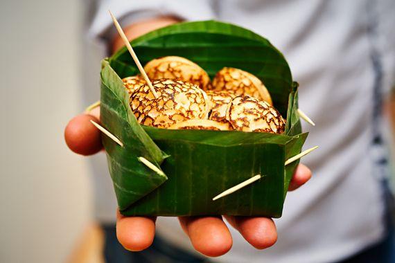 Poffertjes uit Laos50 ml kokosmelk 190 gr gewone rijstmeel 65 gr basterdsuiker snuf zout 1. Mix alle ingrediënten in een beslagkom.  2. Doe het beslag in een spuitflesje (of oude sausfles die je even afspoelt).  3. Poffertjespan op redelijk hoog vuur. Beetje zonnebloemolie met een kwastje over de pan verdelen. Voeg het beslag toe. Daarna leg je voor nog geen minuut een deksel op de pan.