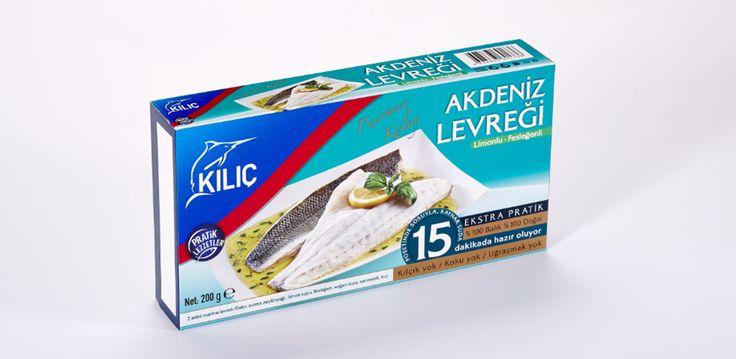 Fesleğenli & Limonlu Akdeniz Levreği Porsiyonluk olarak, sosu ile birlikte vakumlu poşetlerde hazırlanmıştır. Temizleme ve kılçıkla uğraşmadan özel poşeti ile birlikte kısa sürede pişirilip tüketilebilinir. Kullanım: Fırında veya kaynayan suyun içine poşeti ile atılarak pişirilir. Beslenme faktörleri: Levrek iyi bir protein kaynağıdır, aynı zamanda Omega 3 açısından zengindir.
