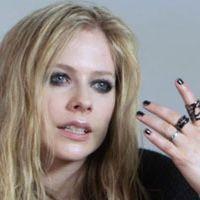 Video: Avril Lavigne's Smoky-Eye Makeup Tip: Expert Advice: allure.com