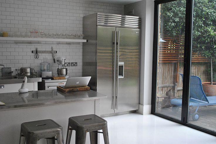 В интерьере кухни применено много полированного металла. Это и холодильник, и полированные столешницы из нержавейки, и кухонная техника, и посуда.