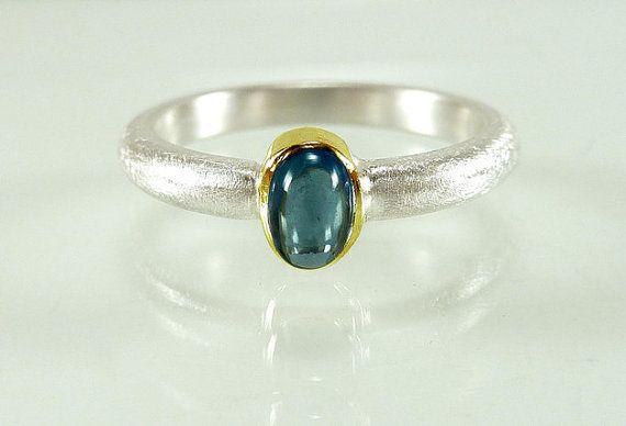 Ein schöner klassischer Ring aus Sterlingsilber. In der Mitte des Damenringes sitzt ein echter Saphir Cabochon in einer 585er Gelbgold-Vollfassung von sehr guter Qualität. Das Ringband ist halbrund und die Oberfläche ist eisglänzend strukturiert. Innen ist der Ring glänzend poliert, ebenso die Goldfassung.  Der Ring wird speziell in Deiner Größe angefertigt. Bitte ermittle vor einer Bestellung unbedingt Deine genaue Ringgröße. Diese kannst Du sehr gut mit dem bei mir im Shop erhältlichen…
