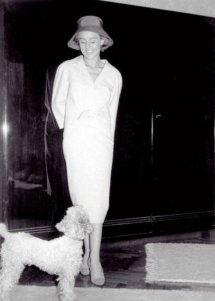 """Grand Dame Rosemarie: Die Nitribitt mit ihrem Pudel """"Joe"""" - das Foto könnte auch eine Society-Debütantin zeigen. Rosemarie Nitribitt achtete penibel auf ihre Erscheinung, nahm Sprachunterricht, lernte in Mannequin-Kursen, wie man sich damenhaft in besseren Kreisen bewegt."""