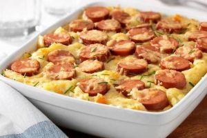 Koud en guur? Hutspotweer! Een om-te-smikkelen gerecht is deze schotel, gemaakt met aardappel, ui en wortel. En zo simpel. Met geraspte komijn kaas als finishing touch: