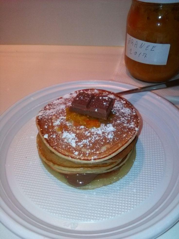 Pancakes+allo+yogurt+di+cocco+con+cioccolato+al+latte+e+marmellata+di+arance+home-made