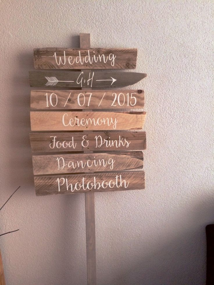 Wegwijzer; gepersonaliseerd houten wegwijs bord / paneel als curiosa voor foto's. Uitstekend geschikt om te gebruiken voor trouw recepties als wegwijsbord. Deze wegwijzer wijst uw gasten op een grappige en ludieke manier de weg naar het feest.  Geschikt voor bruiloft / huwelijk, maar ook voor decoratie in de tuin, op het strand of gewoon tijdens een feest om gasten de weg te wijzen.  Maakt dit unieke moment nog specialer. Perfect ook om te gebruiken als achtergrond voor bruids foto…