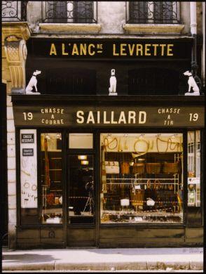 """Boutique d'articles de chasse """"A l'ancienne Levrette"""", 19 rue Daniel Casanova. Paris (Ier arr.), 1982. Photographie de Felipe Ferré (né en 1934). Paris, musée Carnavalet."""