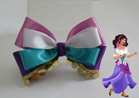 Laço grande de fita de cetim inspirado na personagem Esmeralda, da Disney, do Corcunda de Notre-Dame. Preso em uma presilha bico de pato.