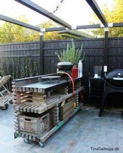 Terrasse med udekøkken bygget op af traller fra stilladser. Italienske fliser fra Århus bad & fliser - Tina Dalbøge
