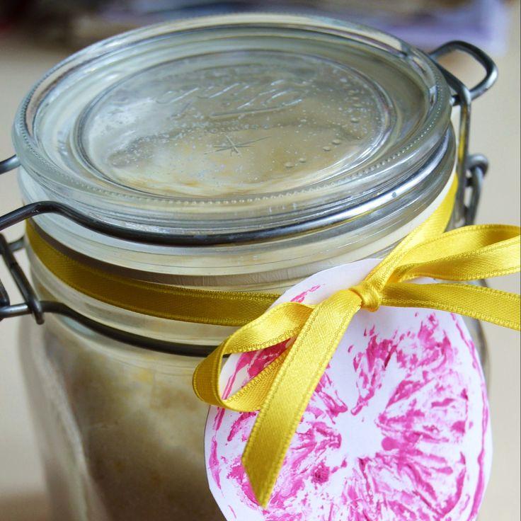 La ricetta facilissima per fare lo scrub fai da te al limone per il corpo (con tutorial per creare le etichette personalizzate).
