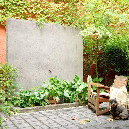 Patio urbano con una fuente con arriate para regar los for Arriate jardin