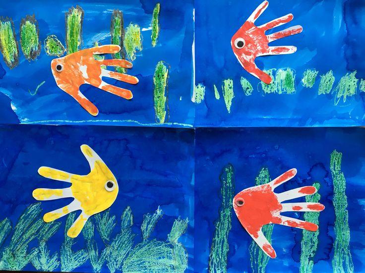 De kinderen hebben na aanleiding van het geleerde woord, een vis gemaakt. De kinderen schrijven zelf nog het woord vis erbij. Benodigdheden: - dik wit papier - wasco - waterverf - verf (voor de afdruk van de hand) - wiebeloogjes