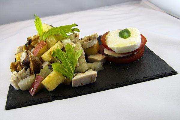 Le video ricette di Facile.Cooking - Un'insalata di pollo con sedano, mela e noci, adatta per il caldo dell'Estate.