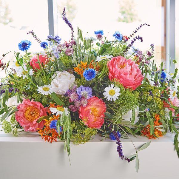 Rouwarrangement Seizoen Zomer. Bijzondere rouwarrangementen in verschillende vormen of met een symbolische betekenis, bij Afscheid met Bloemen vindt u het allemaal. In de rouwarrangementen gebruiken wij grote, bijzondere bloemen, altijd uit het seizoen. Gemaakt door Afscheid met Bloemen.