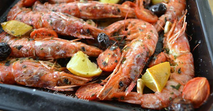 Cucinare non è il vostro forte ma non volete rinunciare a un buon piatto di pesce? Oppure cercate una ricetta facile da fare e buonissima? I GAMBERONI A FORNO fanno per voi!