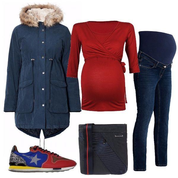 Outfit comodo, per tutti i giorni, in cui la maglia mette in evidenza la pancia, anche grazie al colore rosso acceso, abbiniamo poi il blu jeans e il parka, tipologia di giubbotto che, grazie alla coulisse in vita riusciremo a sfruttare anche dopo la gravidanza. A completare, le sfiziose sneakers che riprendono i colori del look e la tracolla blu.