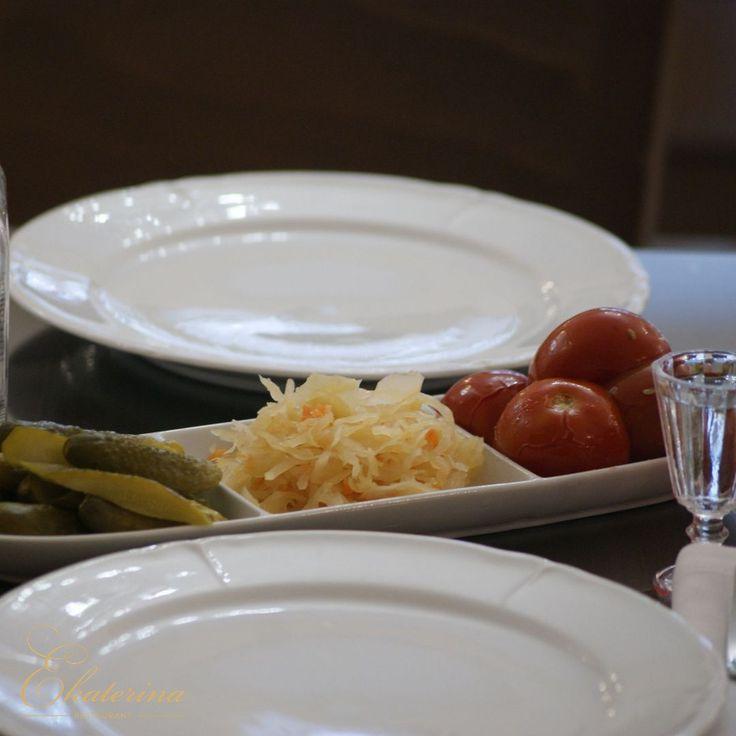 Durante siglos, la gente de Rusia pensaba cómo almacenar los alimentos durante largos y fríos inviernos. Nuestros antepasados, recolectando los cultivos, conservaban una parte de las verduras recogidas. Los maceraban, fermentaban, encurtían salados y en vinagre para asegurar la comida durante el invierno.  Las recetas actuales de los encurtidos – es la tradición de la cocina nacional rusa. La idea de enlatado era característico no sólo de los eslavos del Este, sino de otros poblaciones en…