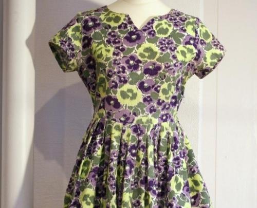 Vakkerhjemmesydd kjole fra 50-tallet i kraftig100%bomull Lilla/limegrnn bryst 85 liv 90 hofter 95 Vaskes for hnd i Milo ikke bltlegges Second hand