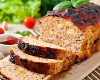 Pain de filet de dinde à l'emmental allégé et dés de jambon maigre : http://www.fourchette-et-bikini.fr/recettes/recettes-minceur/pain-de-filet-de-dinde-a-lemmental-allege-et-des-de-jambon-maigre.html